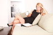 attraktive Frau auf dem Sofa Kaffee trinken
