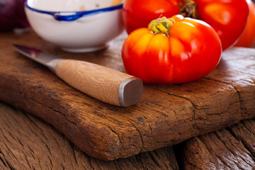 Nahaufnahme Fleischtomate und Küchenmesser