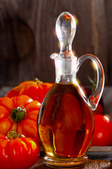 Frische Fleischtomaten und eine Karaffe mit Olivenöl