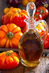 Karaffe Olivenöl und erntefrische Fleischtomaten