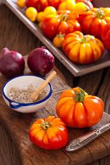 Erntefrische Tomaten mit Zwiebeln und Salz