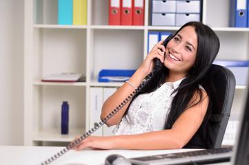Junge Frau telefoniert im Büro