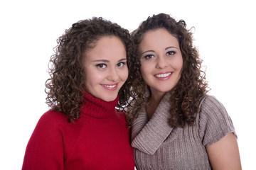 Eineiige Zwillinge: zwei junge Frauen freigestellt