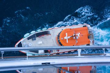 Lotsenboot an Kreuzfahrtschiff