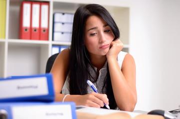 Lustlose junge Frau im Büro