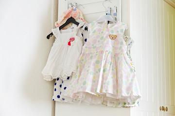 Mädchenkleider im Kinderzimmer
