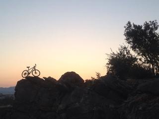 zorlu kayalıklarda bisiklet gezisi