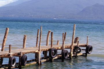 Muelle de madera en lago