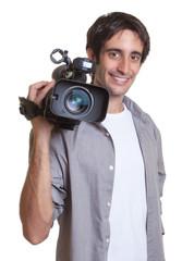 Kameramann mit Videokamera auf der Schulter