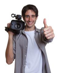 Lachender Kameramann zeigt den Daumen