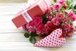 Obrazy na płótnie, fototapety, zdjęcia, fotoobrazy drukowane : bouquet of roses with gift box on a wooden background