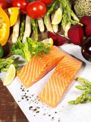 Roher Lachs mit Gemüse