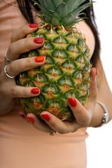 ananas w dłoniach