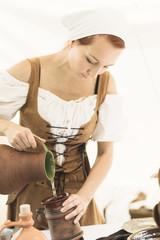 Portrait d'une belle femme en robe de l'époque médiévale.