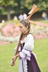 Jeune jolie femme avec des armes