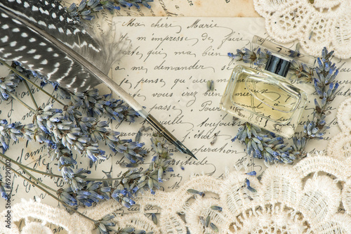Foto op Aluminium Retro vintage ink pen, perfume, lavender flowers and old love letters