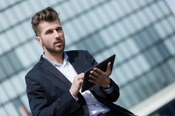 Junger Geschäftsmann mit tablet pc