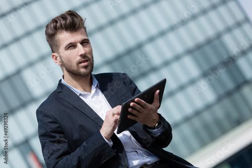 canvas print picture Junger Geschäftsmann mit tablet pc