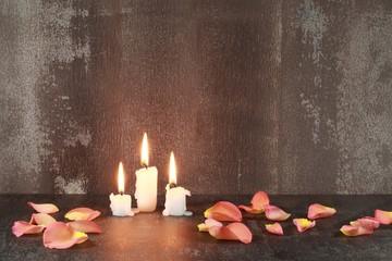 Stilleben : Kerzen und Blütenblätter