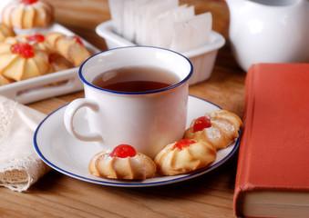 tazza di tè con pasticcini alla ciliegia