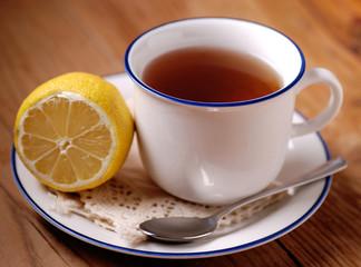 tè al limone nella tazza bianca
