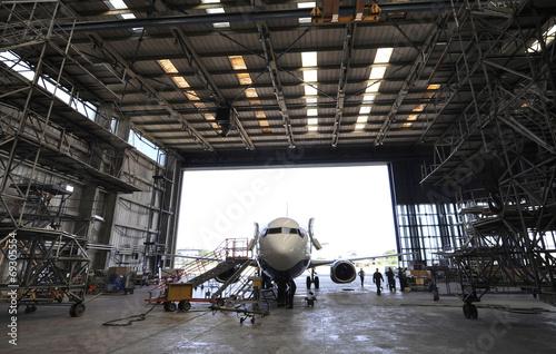 Tuinposter Vliegtuig Airplane in hangar