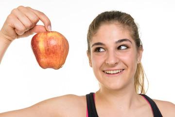 Ragazza guarda mela rossa