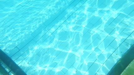 Underwater footage og transparent blue water