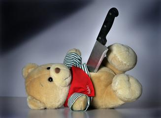 Ein erstochener Teddybaer als Symbolbild für Gewalt gegen Kinder
