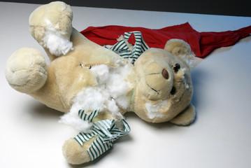 Toter Teddybaer als Symbolbild fuer Gewalt gegen Kinder