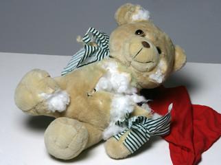Ein erstochener Teddybär als Symbolbild fuer Gewalt gegen Kinder