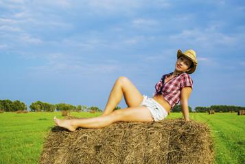 девушка с ковбойской шляпой в поле