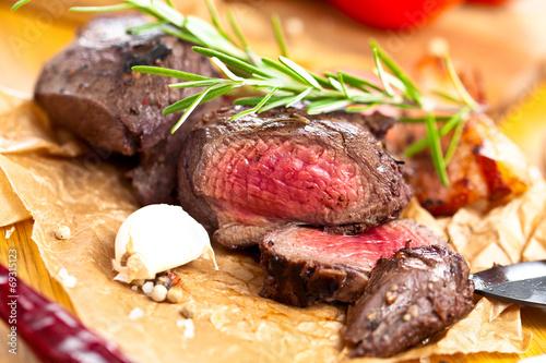 canvas print picture Saftiges steak fleisch auf dem Tisch