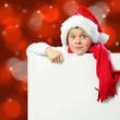 Kind mit Nikolausmütze und Werbetafel