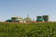 Leinwanddruck Bild - Biogasanlage mit Maisfeld