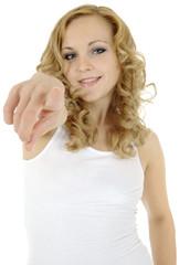Blonder Twen mit weißem Shirt zeigt