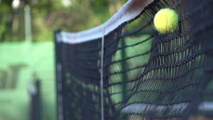 Tennisball geht ins Netz - Zeitlupe