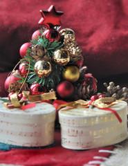 petit sapin de Noël et cadeaux