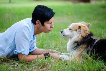 Besorgte junge Frau mit Hund