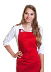 Frau mit roter Schürze und einem Lächeln