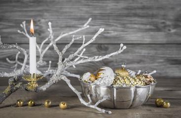 Weihnachtsschmuck in weiß, silber, grau und gold