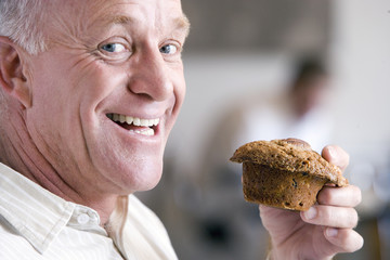 Man holding a muffin