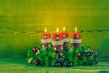 Adventskranz als Weihnachtskarte mit vier roten Kerzen