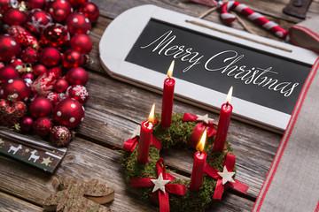 Merry Christmas Weihnachtskarte mit Text und Deko in Rot