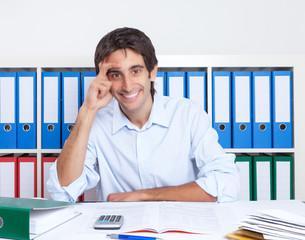 Sympathische Mann mit schwarzen Haaren im Büro