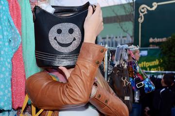 Frau beim Shopping auf Markt