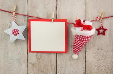 Rot-weiß karierte Weihnachtsdekoration mit Karte und Holz