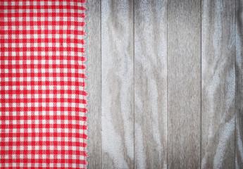 rot karierte Tischdecke auf Holztisch