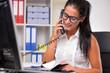 canvas print picture - Junge Frau im Büro telefoniert