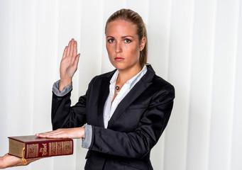 Frau schwört auf die Bibel
